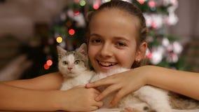 Pequeño gatito del control feliz de la muchacha en el tiempo de la Navidad metrajes