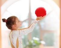Pequeño gimnasta con una bola Imagen de archivo