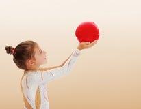 Pequeño gimnasta con una bola Imágenes de archivo libres de regalías