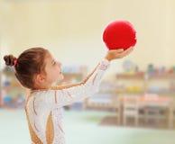 Pequeño gimnasta con una bola Foto de archivo