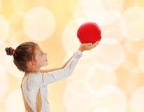 Pequeño gimnasta con una bola Fotografía de archivo libre de regalías