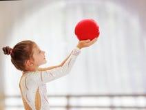 Pequeño gimnasta con una bola Imagenes de archivo