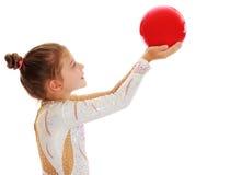 Pequeño gimnasta con una bola Fotos de archivo