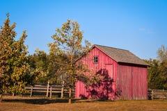 Pequeño granero rojo con la cerca imagen de archivo libre de regalías