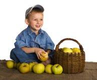 Pequeño granjero con las manzanas imagen de archivo libre de regalías