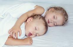 Pequeño hermano encantador y hermana dormidos Foto de archivo libre de regalías