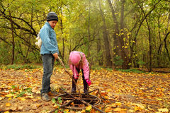 Pequeño hermano y hermana en parque del otoño Foto de archivo