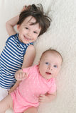 Pequeño hermano y hermana felices Imagen de archivo libre de regalías