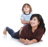 Pequeño hijo con su madre bonita Imagenes de archivo