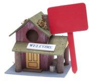 Pequeño hogar de la granja con la muestra roja Foto de archivo libre de regalías