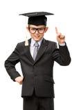 Pequeño hombre de negocios en gesticular académico del índice del casquillo imagen de archivo