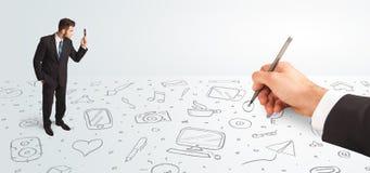 Pequeño hombre de negocios que mira iconos y símbolos dibujados as mano Foto de archivo libre de regalías