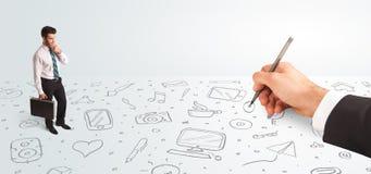 Pequeño hombre de negocios que mira iconos y símbolos dibujados as mano Imagenes de archivo