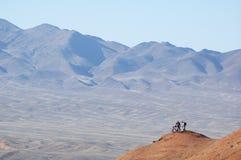 Pequeño hombre en montaña Imagenes de archivo