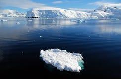Pequeño iceberg en paisaje antártico fotos de archivo libres de regalías