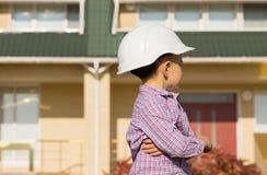 Pequeño ingeniero Kid Looking en la casa seriamente Imagenes de archivo