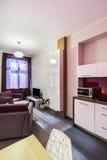 Pequeño interior del apartamento-estudio fotografía de archivo libre de regalías
