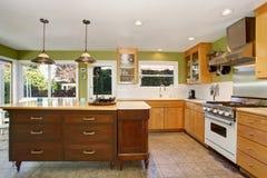 Pequeño interior del sitio de la cocina con las paredes y el suelo de baldosas verdes Imagen de archivo libre de regalías