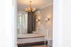 Pequeño interior moderno del dormitorio Colores en colores pastel, diseño interior Fotos de archivo libres de regalías