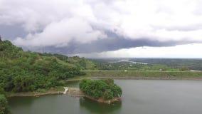 Pequeño islote en el depósito eléctrico hidráulico de la presa del lago metrajes