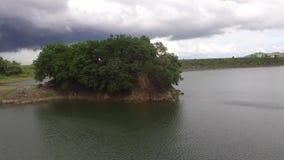 Pequeño islote en el depósito eléctrico hidráulico de la presa del lago almacen de video
