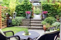 Pequeño jardín de la casa urbana Fotografía de archivo libre de regalías
