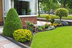 Pequeño jardín delante de la casa holandesa. Foto de archivo