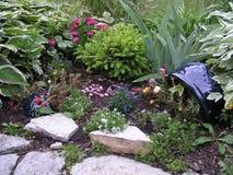Pequeño jardín en conserva con el florero imagenes de archivo