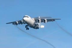 Pequeño jet en acercamiento final Imagen de archivo