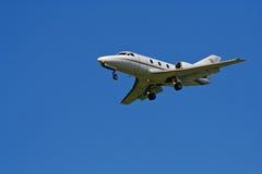 Pequeño jet privado en el cielo azul Imagen de archivo