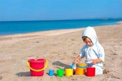 Pequeño juego de niños en la playa Foto de archivo libre de regalías