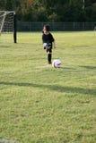 Pequeño jugador de fútbol Foto de archivo