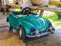 Pequeño juguete del coche en piso de madera Imagen de archivo libre de regalías