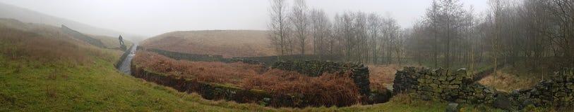 Pequeño lago con paisaje de la pared de ladrillo en Yorkshire foto de archivo