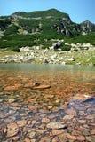 Pequeño lago de la montaña Imagenes de archivo