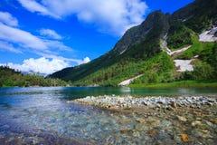 Pequeño lago de la montaña en montañas hermosas Imagen de archivo libre de regalías