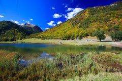 Pequeño lago de la montaña en montañas hermosas Fotografía de archivo libre de regalías