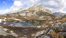 Pequeño lago en Grimselpass Imagenes de archivo