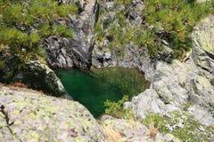 Pequeño lago en las montañas Fotografía de archivo libre de regalías