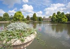 Pequeño lago en una configuración hermosa del jardín Imágenes de archivo libres de regalías
