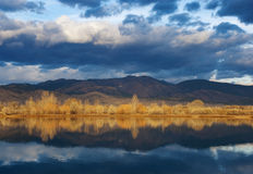 Pequeño lago entre las montañas y la pradera imágenes de archivo libres de regalías
