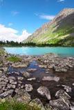 Pequeño lago y montañas. Foto de archivo