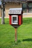 Pequeño libro de la vecindad que comparte la biblioteca delante de la escuela primaria fotografía de archivo