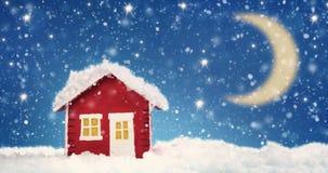Pequeño modelo rojo de la casa cubierto con nieve foto de archivo