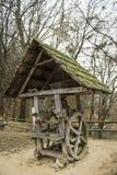 Pequeño molino con un tejado verde en el bosque Foto de archivo libre de regalías