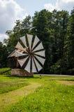 Pequeño molino de viento de madera viejo cerca de un bosque Fotografía de archivo