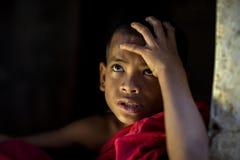 Pequeño monje Myanmar Looking con la esperanza del novato o monje en Myanm fotos de archivo libres de regalías
