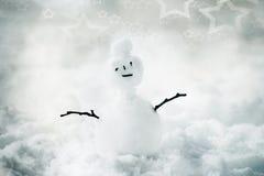 Pequeño muñeco de nieve en nieve del invierno Imagen de archivo