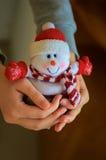 Pequeño muñeco de nieve en su mano Imagen de archivo libre de regalías