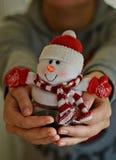 Pequeño muñeco de nieve en su mano Fotos de archivo libres de regalías